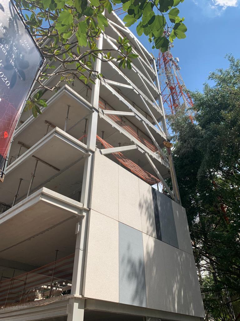 Edifício em estrutura metálica e painéis de vedação pré-fabricados.