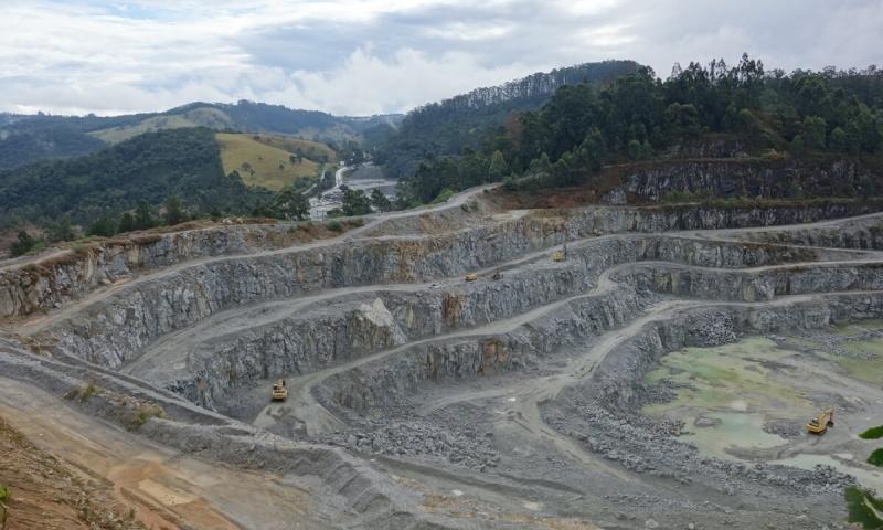 Área com solo rochoso escavado por máquinas.