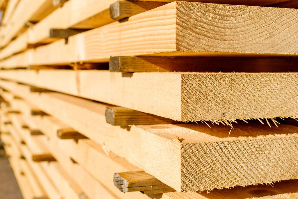 madeira empilhada para construção civil