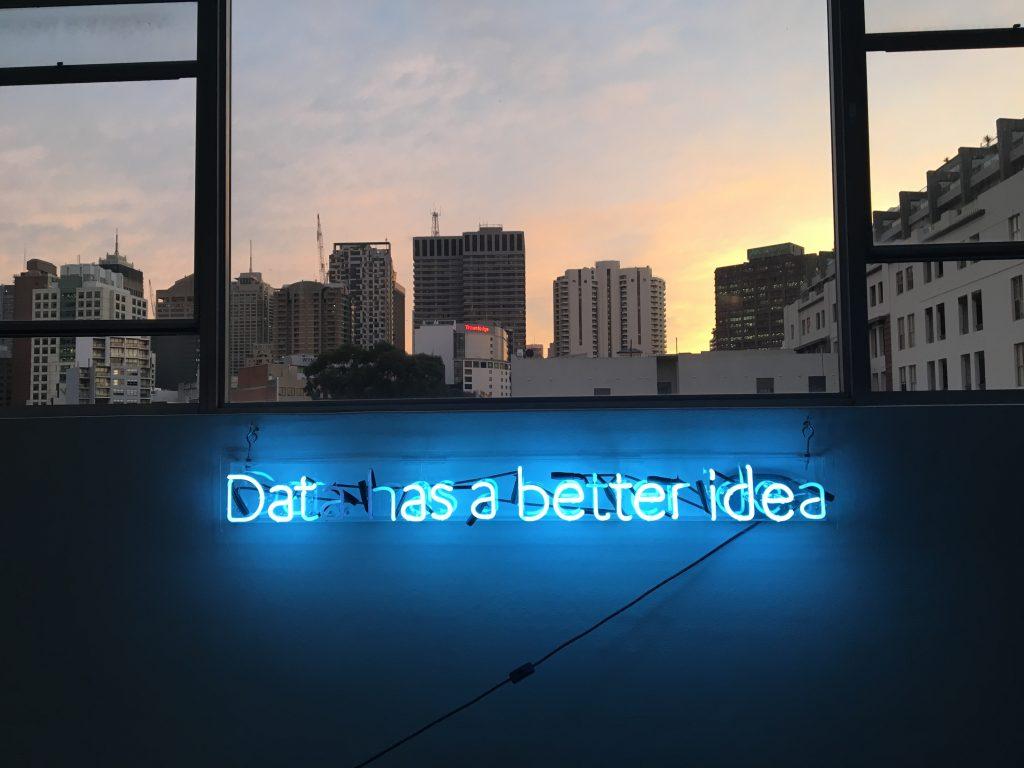 """MIT 8: Placa neon da HIVERY, uma empresa de inteligência artificial, com o escrito """"os dados tem um ideia melhor"""", em inglês. Foto: Franki Chamaki via Unsplash."""
