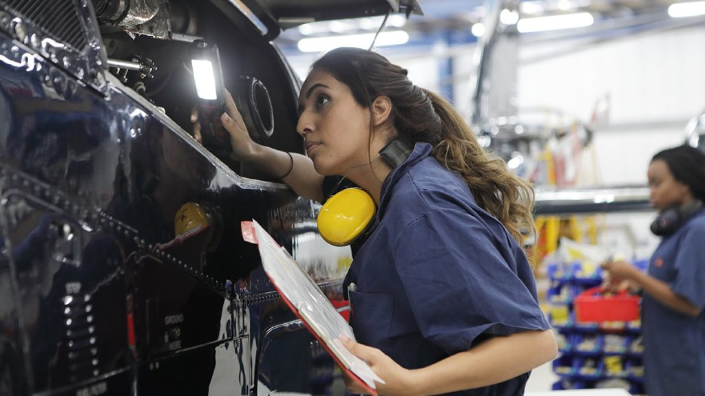 mulher trabalhando em indústria representando engenheiras