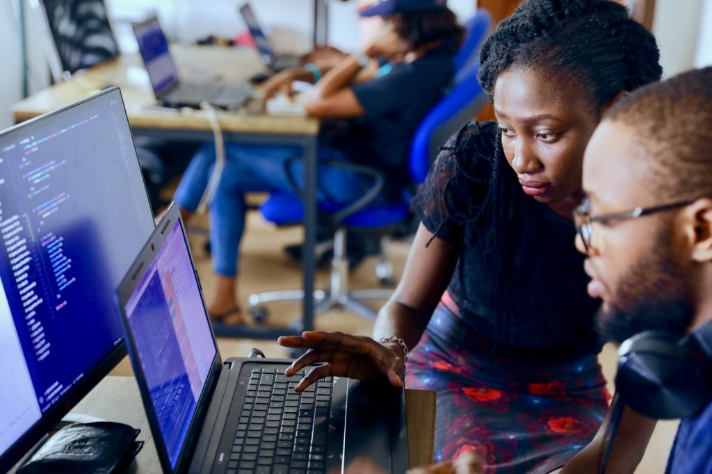 mulher e homem olhando para computador