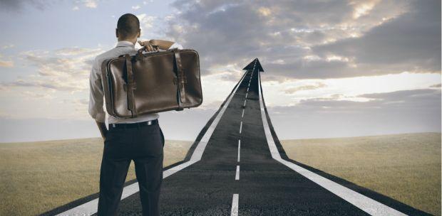 homem com mala nas costas seguindo um caminho