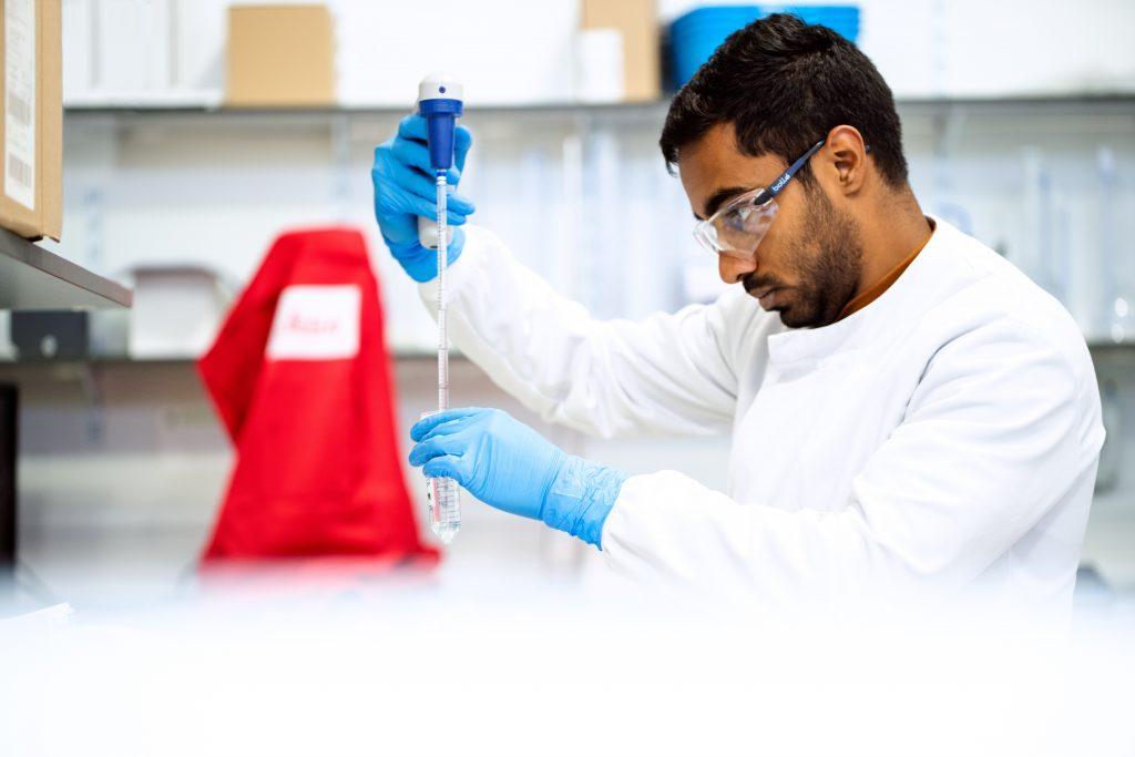 Lista MIT: Engenheiro biomédico em laboratório. Foto: ThisisEngineering RAEng via Unsplash.