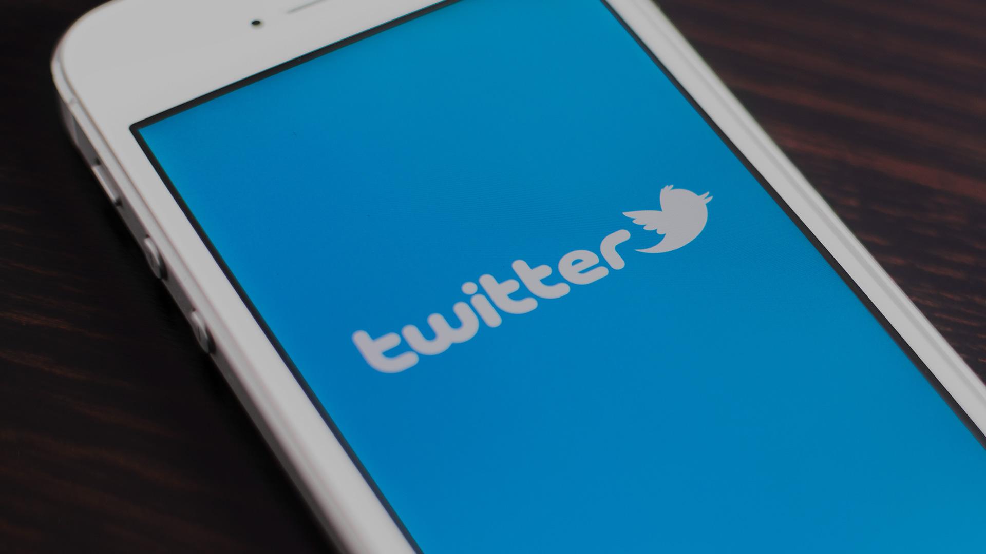 smartphone com aplicativo do twitter aberto