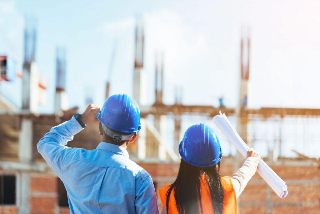 homem e mulher engenheiros olhando para o horizonte representando engenheiro