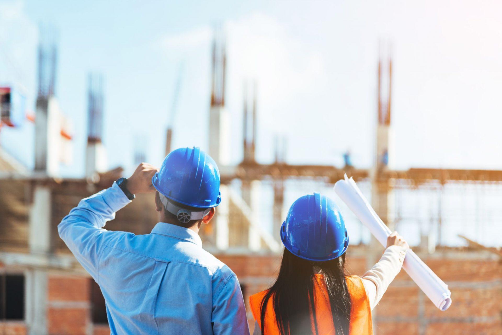 homem e mulher engenheiros olhando para o horizonte