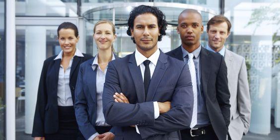 grupo de cinco pessoas com diversidade cultural com roupas sociais de trabalho