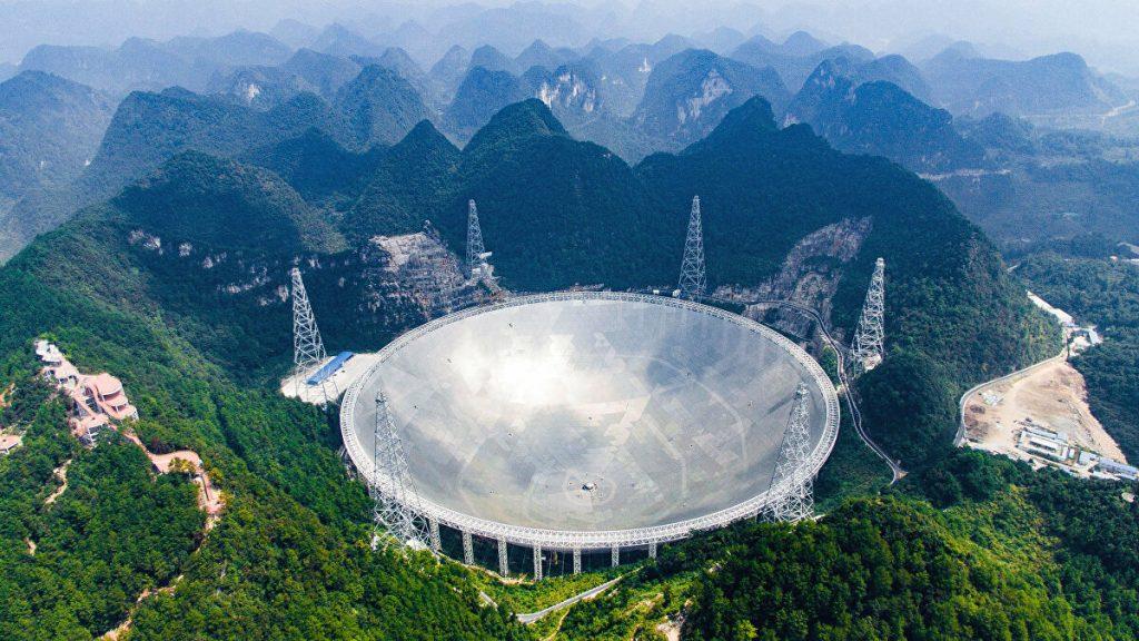 FAST, o maior radiotelescópio já construído. Imagem: Liu Xu via AP Photo.