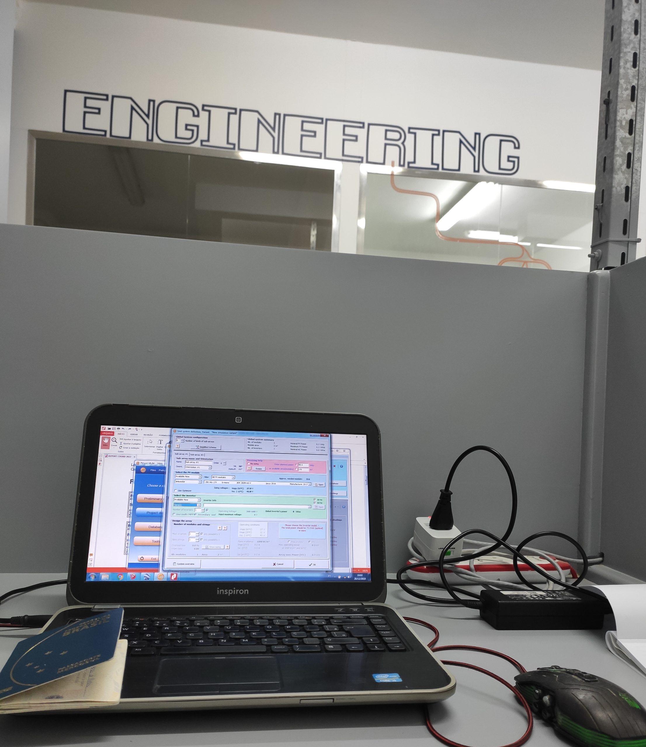 computador ligado em sala