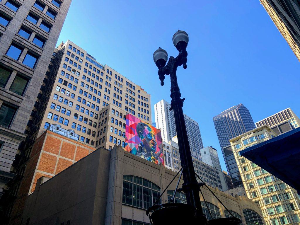 centro de chicago com prédios e arte de rua
