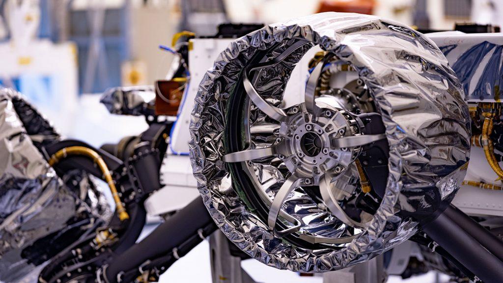 Roda do rover Perseverance envolta em papel antiestático a ser removido antes do lançamento.