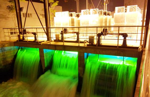 Tratamento de água residuária por UV em canal aberto. Imagem: newlandentecheurope.com
