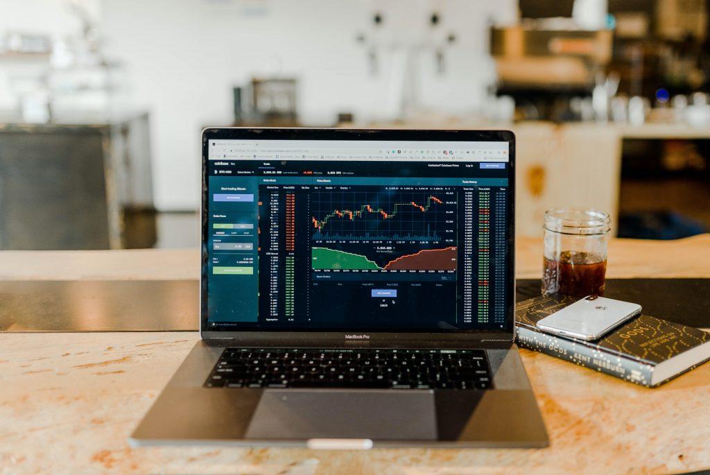 computador mostrando oscilações do mercado financeiro