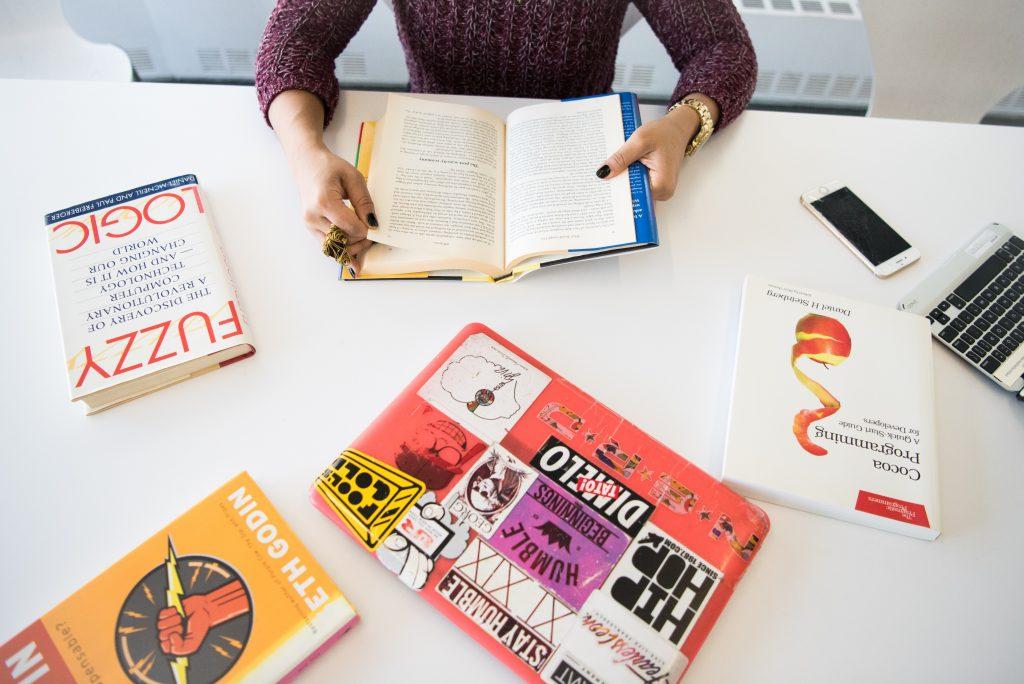 mãos de mulher lendo livro