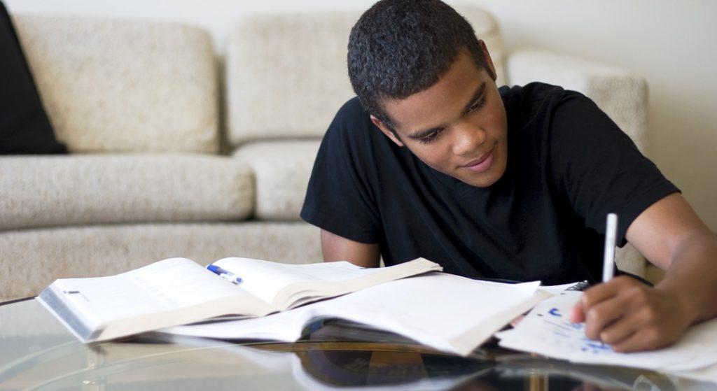 homem negro estudando em casa