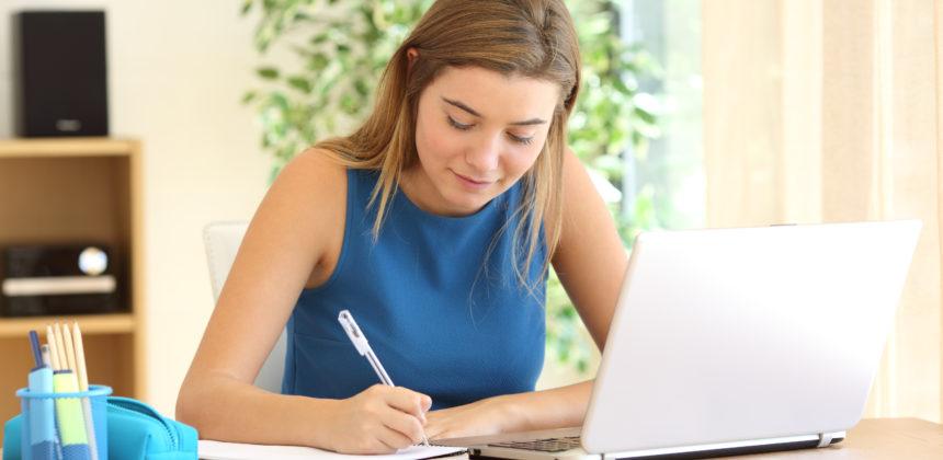 mulher loira estudando em casa curso online