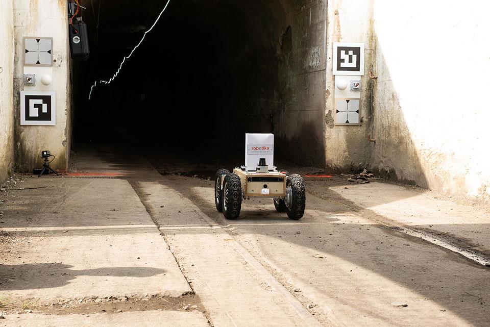 DARPA entrando em túnel durante treinamento