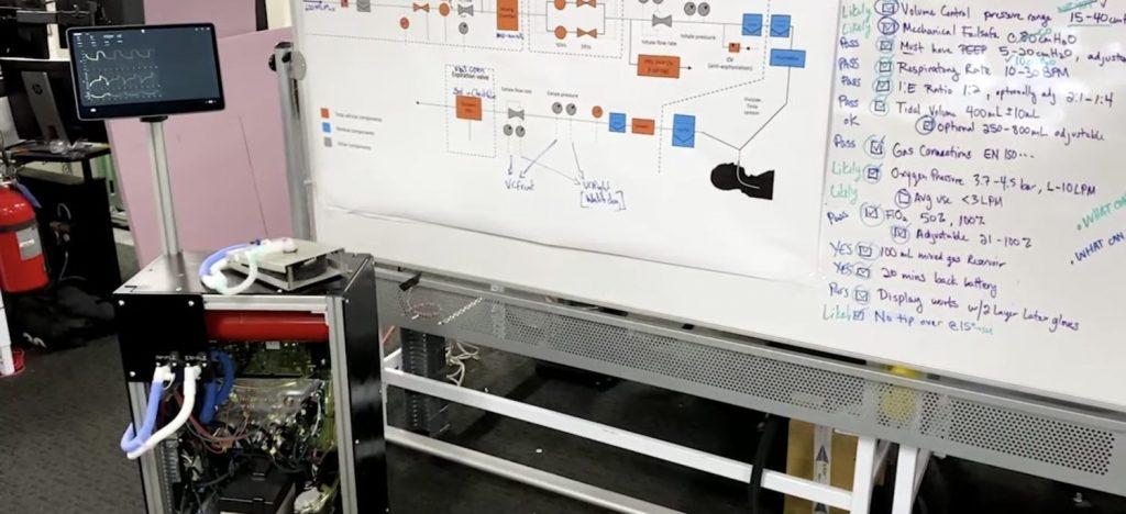 Fluxograma com o design do ventilador pulmonar da Tesla. Blocos em laranja indicam componentes de veículos da montadora. Imagem: Tesla via Youtube.