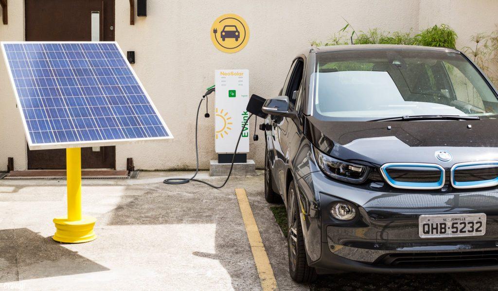 ponto de abastecimento de carros elétricos com veículo carregando