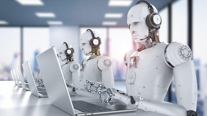 robôs digitando em computador na era da automacao