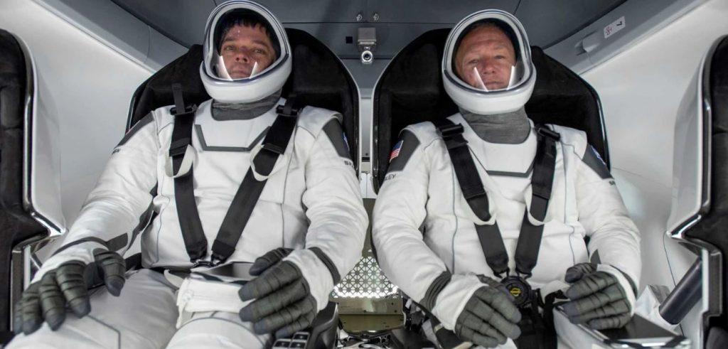 Astronautas Bob e Doug dentro da capsula Crew Dragon. Imagem: SpaceX.