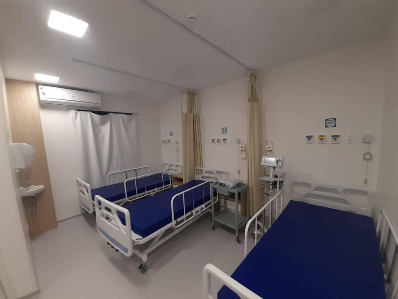 Três leitos do hospital construído em módulos.