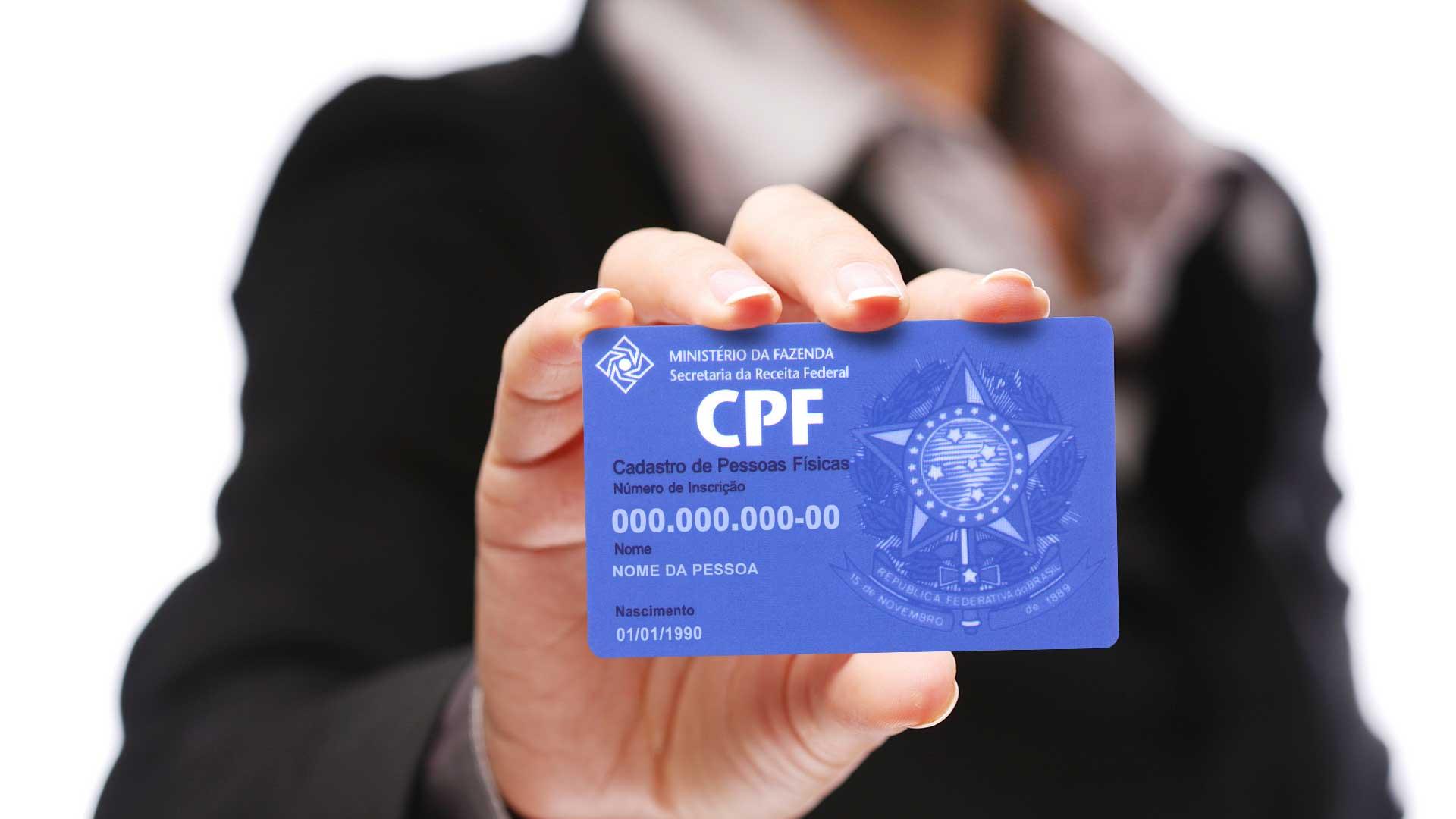 mulher segurando CPF
