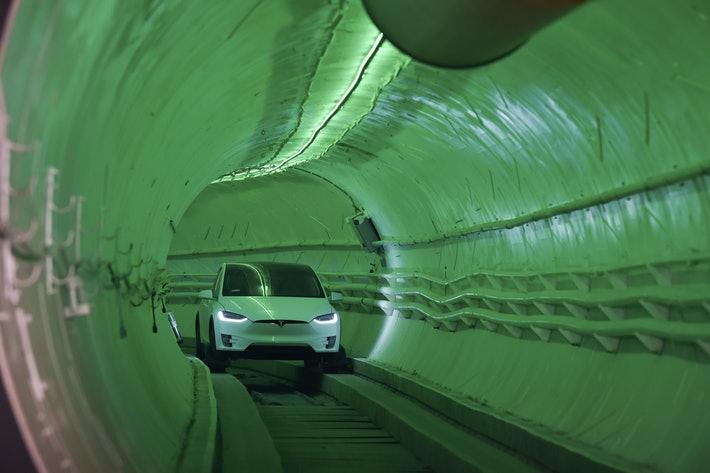 Tesla Modelo X em um túnel da Boring Company. Imagem: ROBYN BECK/AFP/Getty Images
