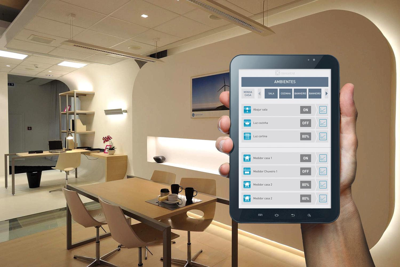 mão segurando tablet controlando ambiente em automação residencial