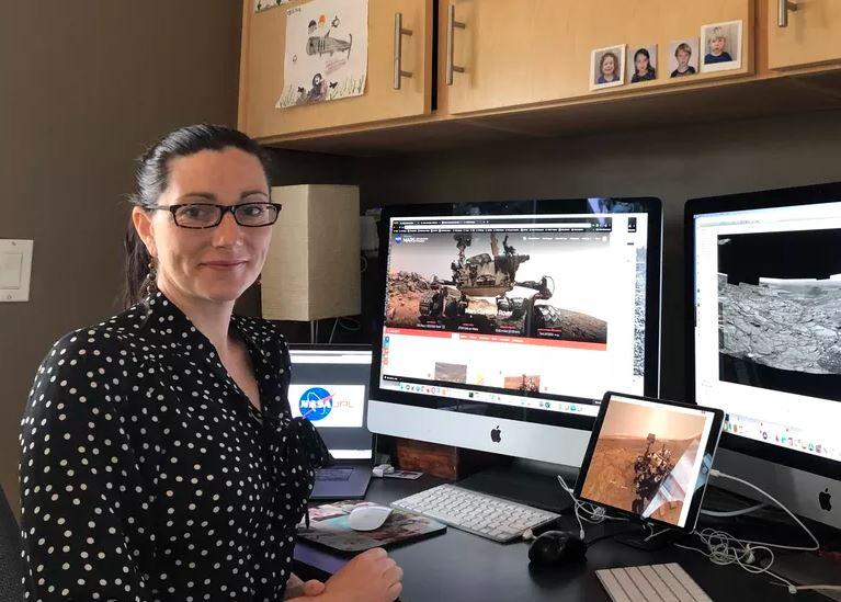 Carrie Bridge em trabalho remoto. Imagem: NASA para o The Verge.
