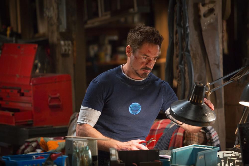 Imagem de Tony Stark em uma bancada de trabalho. Ele é um dos engenheiros dos quadrinhos