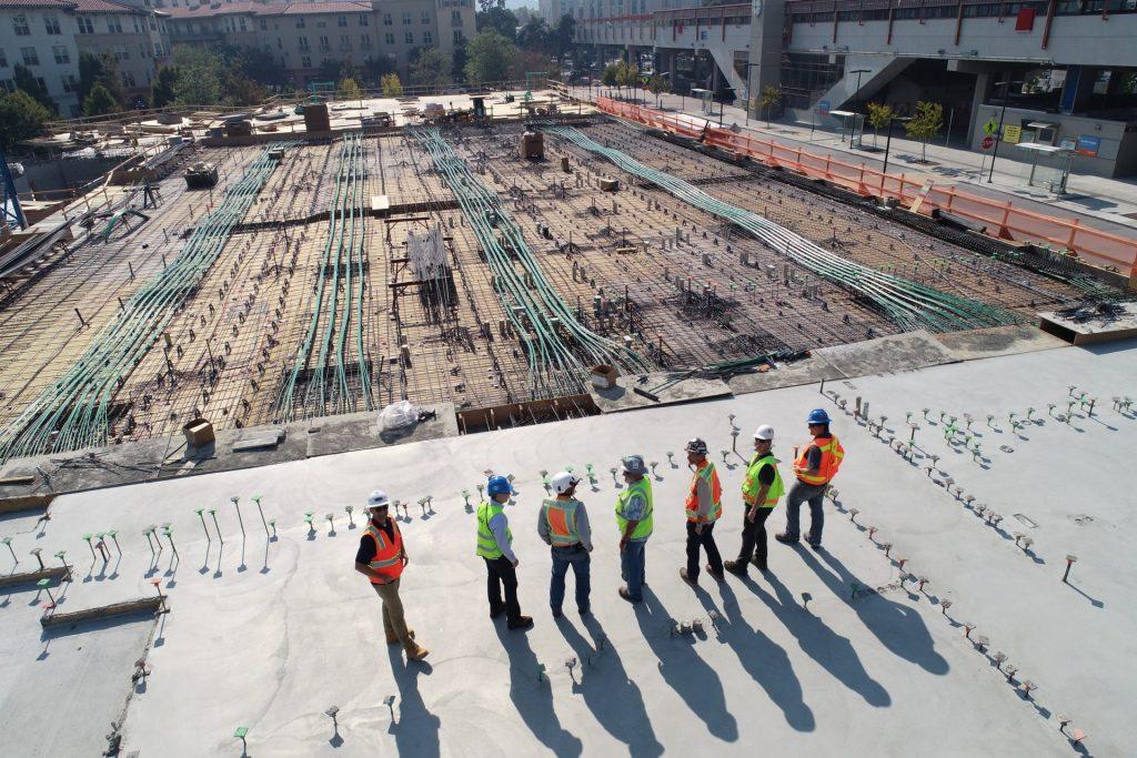 trabalhadores da construção civil em canteiro de obras