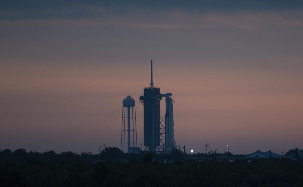 Crew Dragon e Falcon 9 posicionados na plataforma 39A. Imagem: NASA Blogs.