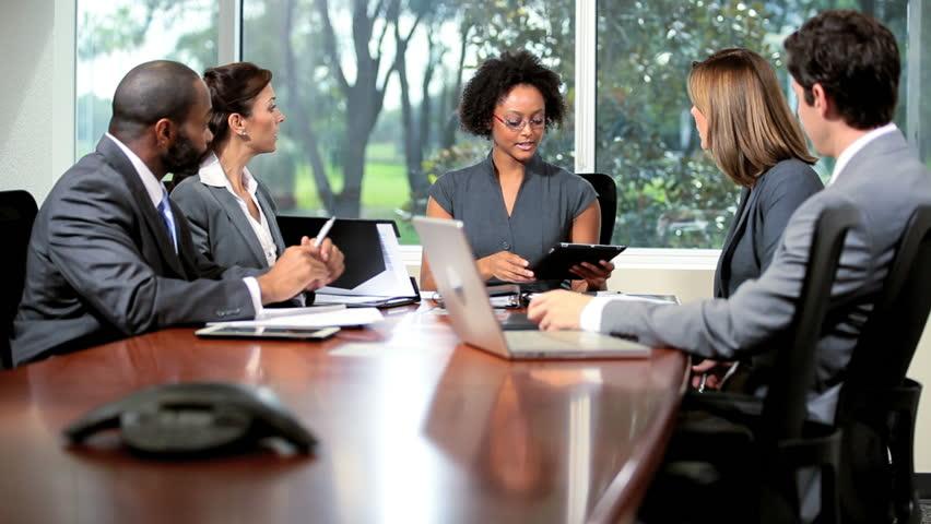 reunião de dois homens e tres mulheres com negros e brancos empresário empreendedor ilustrando inteligência emocional