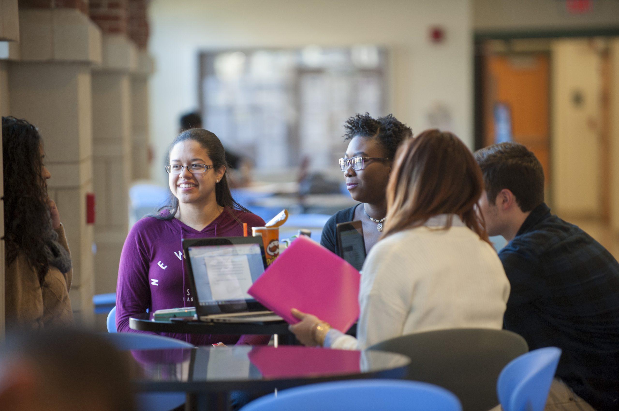 grupo de estudantes em biblioteca