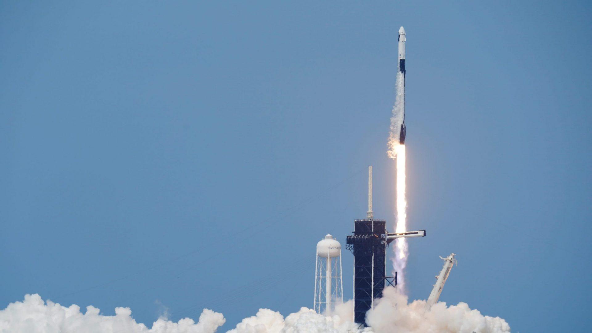 Crew Dragon é lançada em primeira missão tripulada da SpaceX