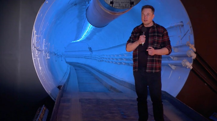 Elon Musk em frente a um dos túneis da Boring Company para uma pitch. Imagem: The Boring Company