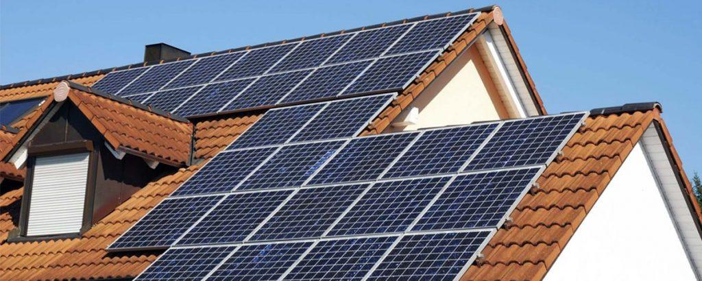 Telhado de uma casa com módulos solares instalados.
