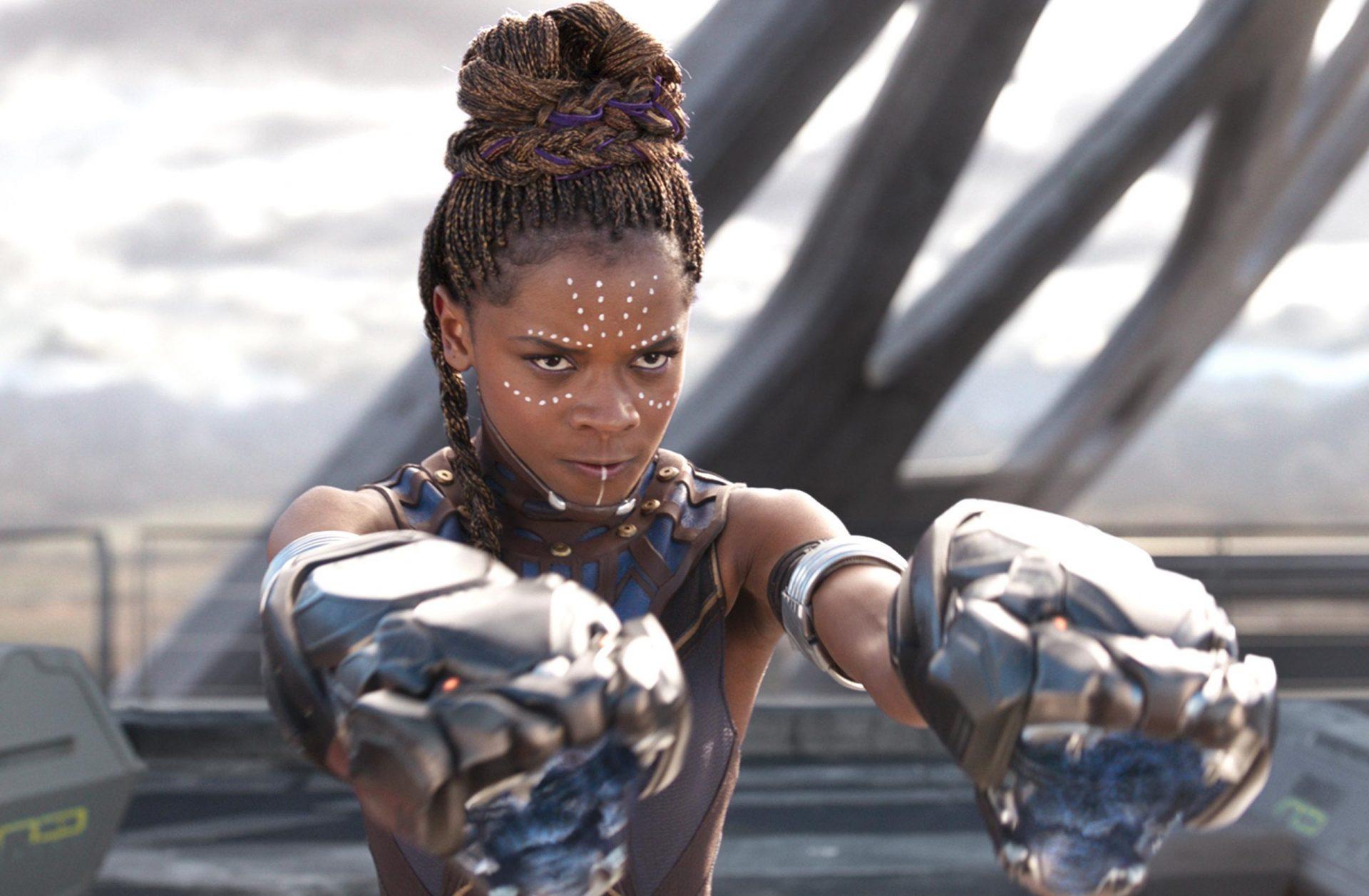 Imagem de Shuri apontando armas de punho com tecnologia de Wakanda.