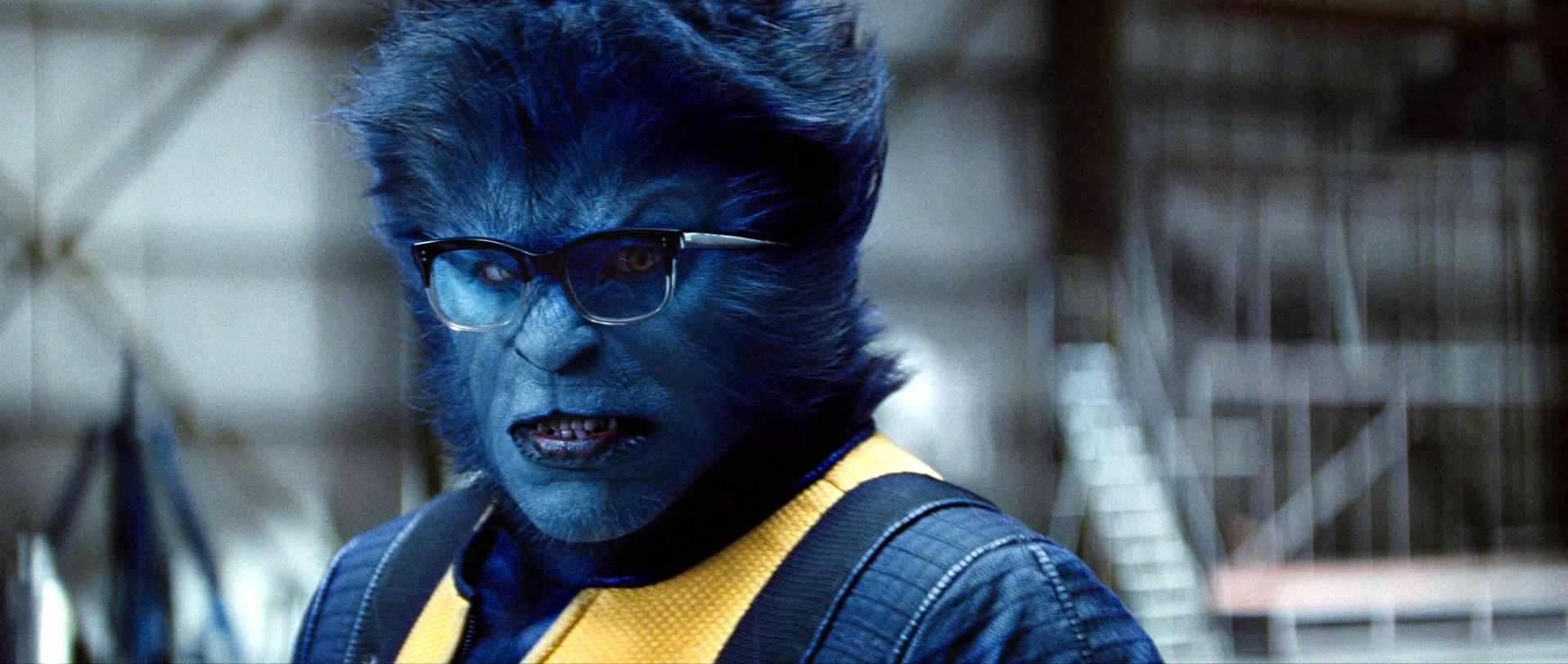 Imagem frontal do Fera (Hank McCoy) com óculos e uniforme dos X-Men.