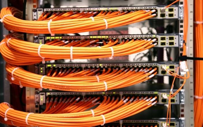 Cabos de rede organizados em um armário tipo rack