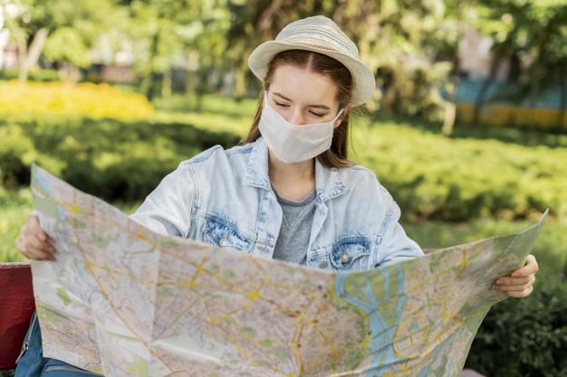 mulher olhando um mapa da cidade