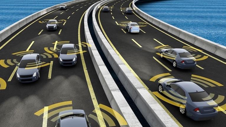 veículos autônomos trafegando em rua