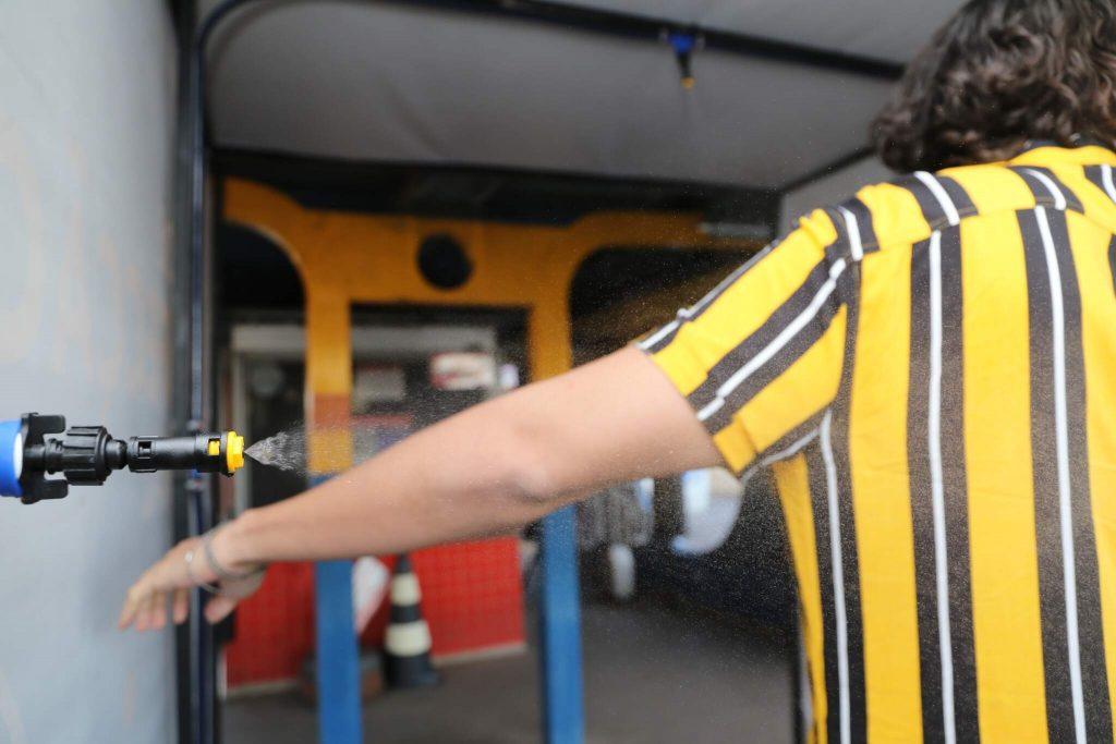 Aparelho de Sanitização mulher com braço estendido