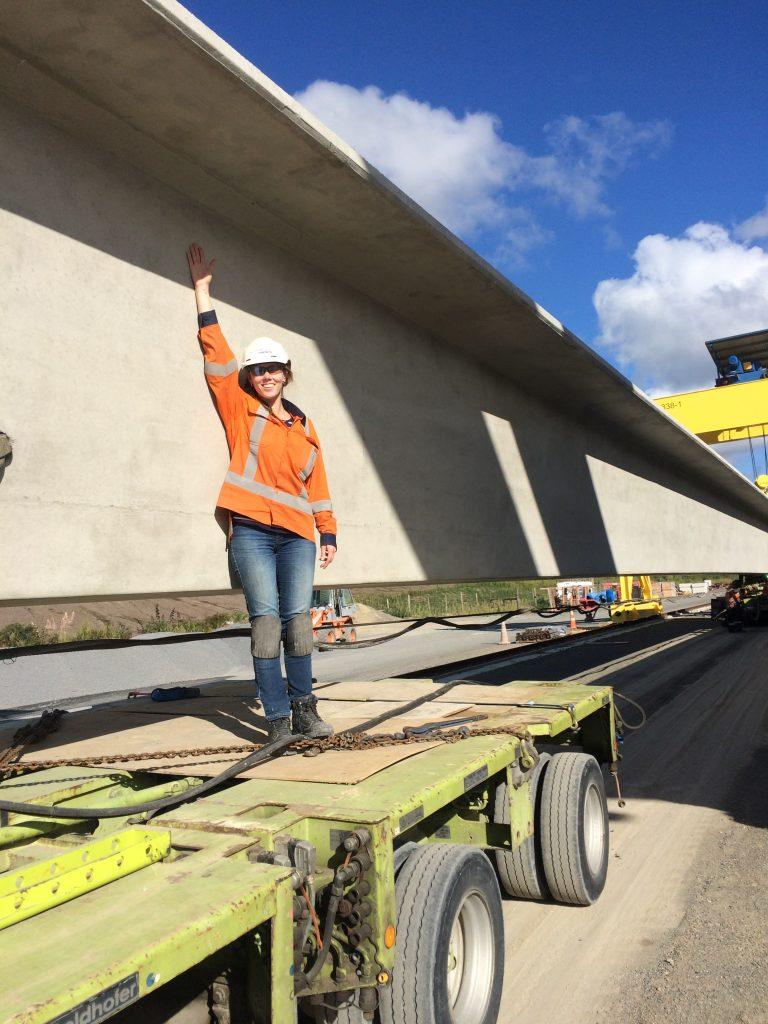primeira viga das 55 saindo do Precast Yard indo para a Waikanae Bridge ser instalada