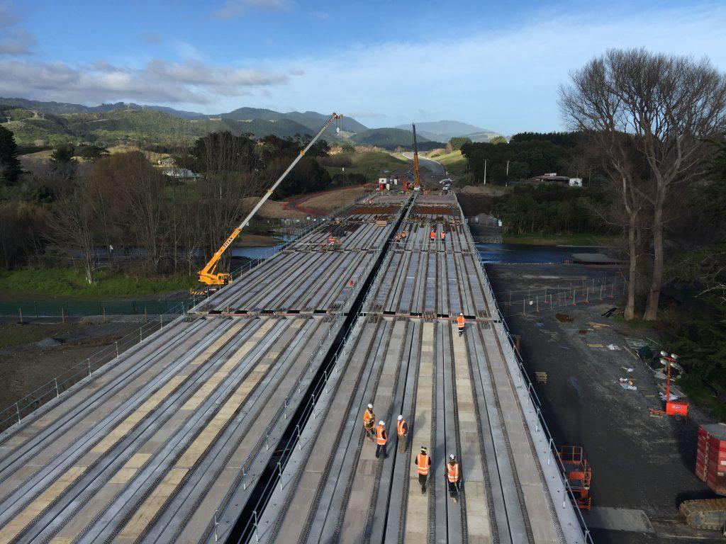 Todas as vigas (55) já instaladas na ponte Waikanae