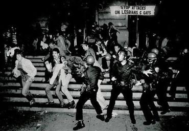 policiais agredindo público gay  LGBTQ+