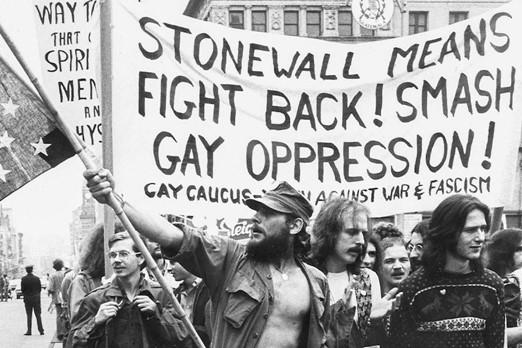 homem com bandeira pela militância gay lgbtq+