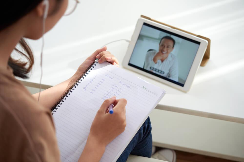 Mulher estudando online via  EAD